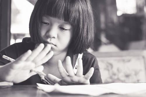 Девочка отвлекается на свои руки