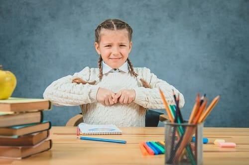 Девочка раздражена из-за неумения рисовать