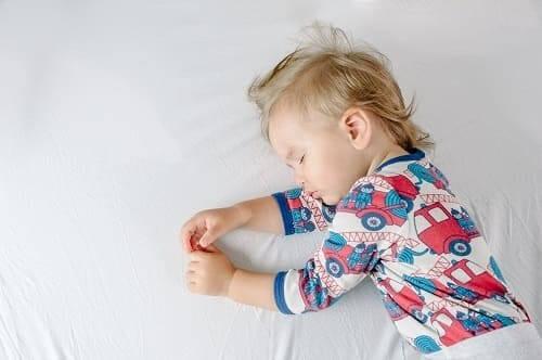Девочка устала и спит