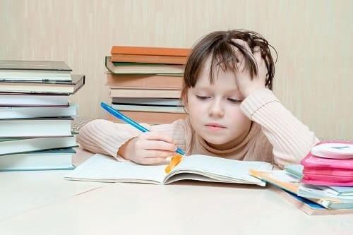 Девочка устала от учебы уроков