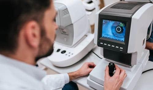 Изучение сетчатки глаза на специальном оборудовании