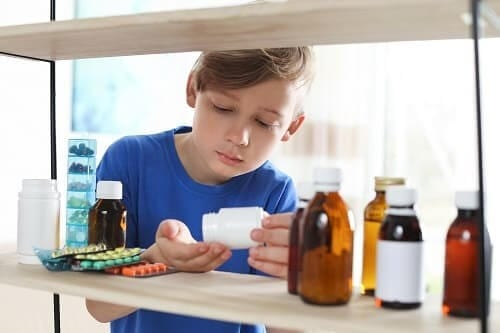 Мальчик принимает таблетки для лечения ММД