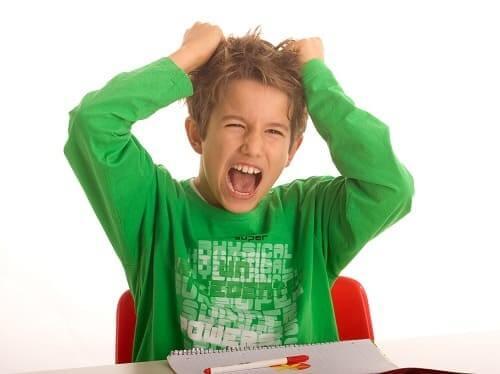 Мальчик с гиперактивностью возбужден и кричит