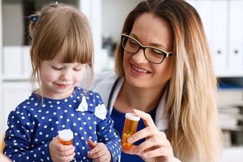 Мама дает ребенку таблетки