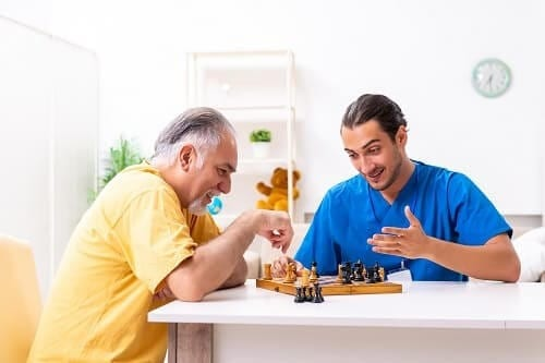 Молодой проиграл в шахматы пожилому