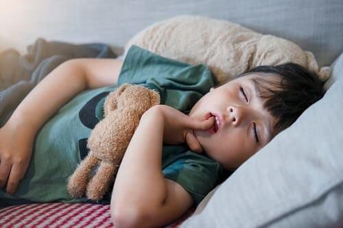 Ребенок спит с пальцем во рту