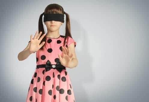 У ребенка как-бы завязаны глаза
