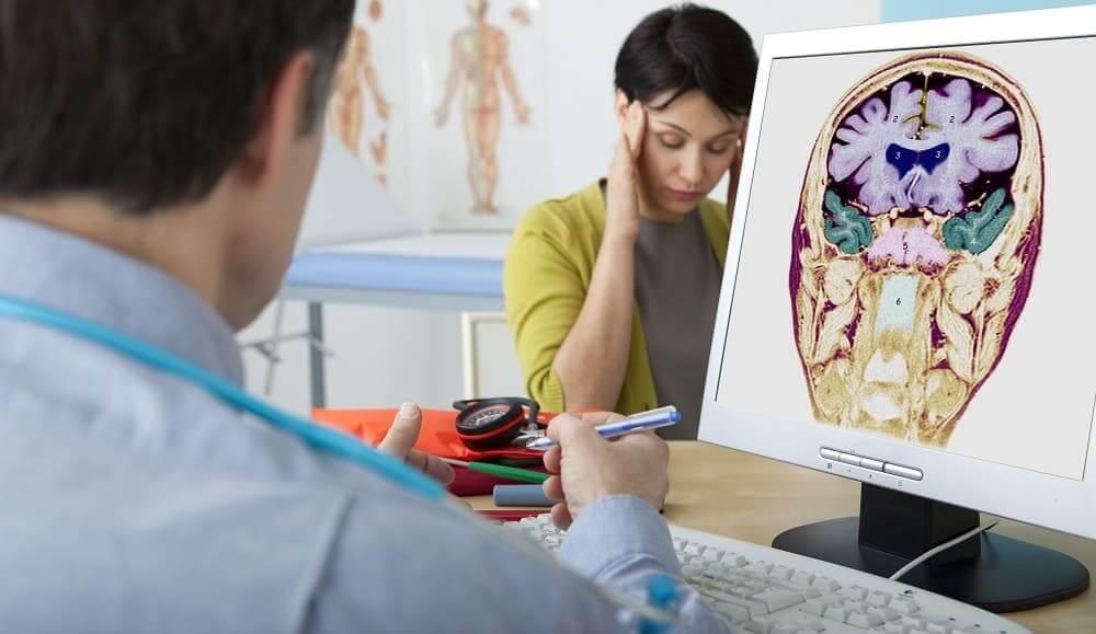 Врач осматривает неврологического пациента