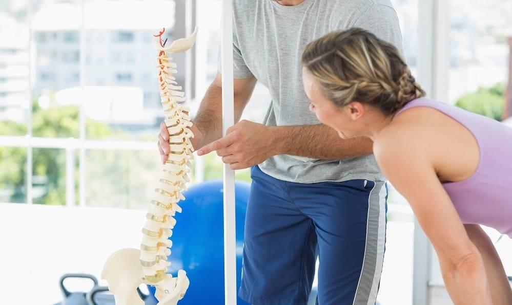 Женщине объясняют влияние упражнений на спину