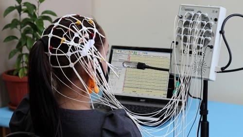 Девушка на процедуре регистрации вызванных потенциалов