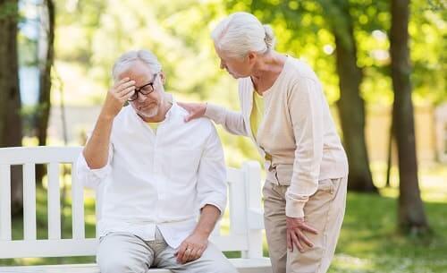 Пожилой мужчина забывает события