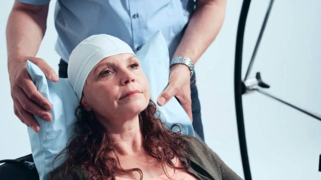 Женщина на процедуре ТМС, руки врача