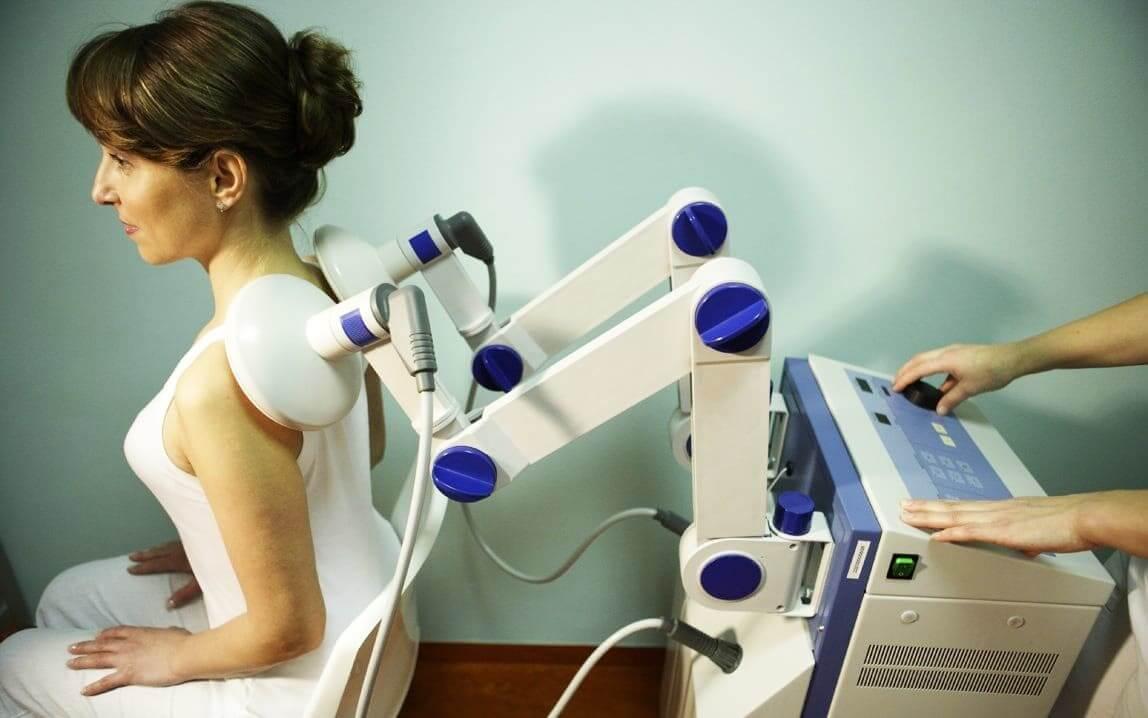 Женщина на процедуре магнитной стимуляции плечевого пояса