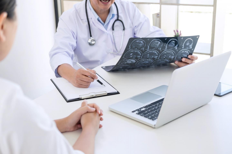 врач смотрит снимки пациента