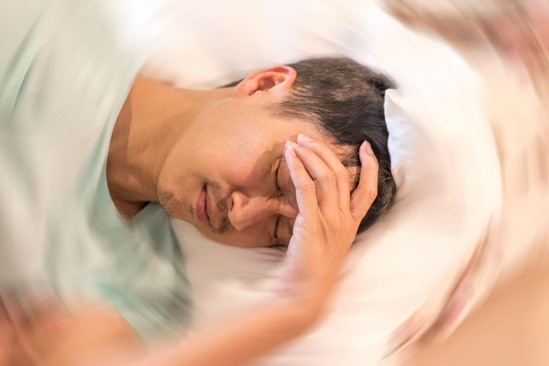 мужчина лежит , головокружение