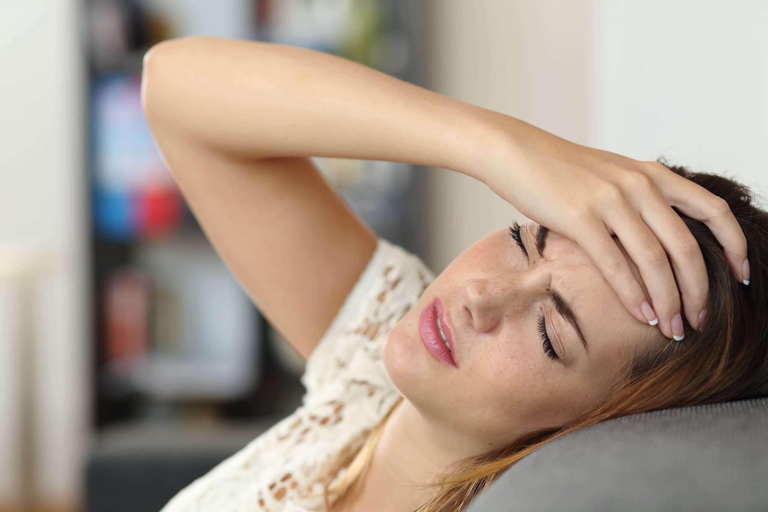 головная боль у молодой девушки