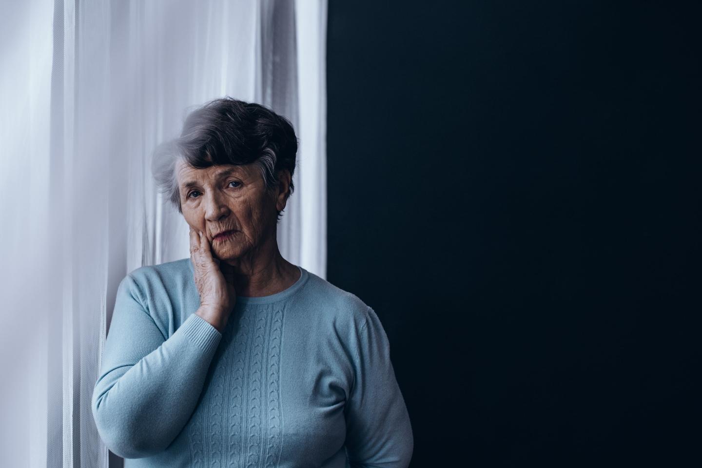 пожилая женщина у окна о чем-то задумалась