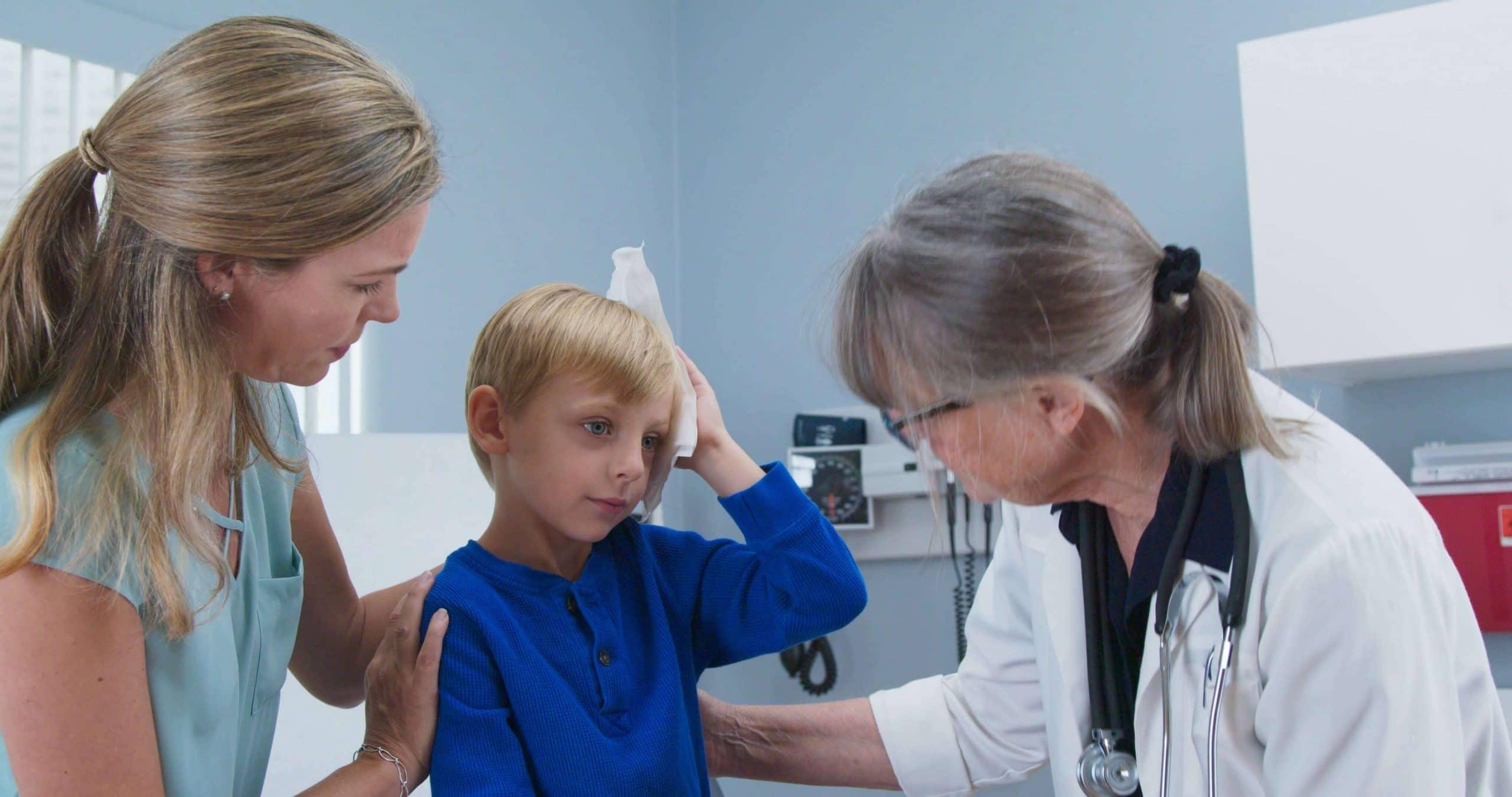 осмотр у невролога ребенка с травмой