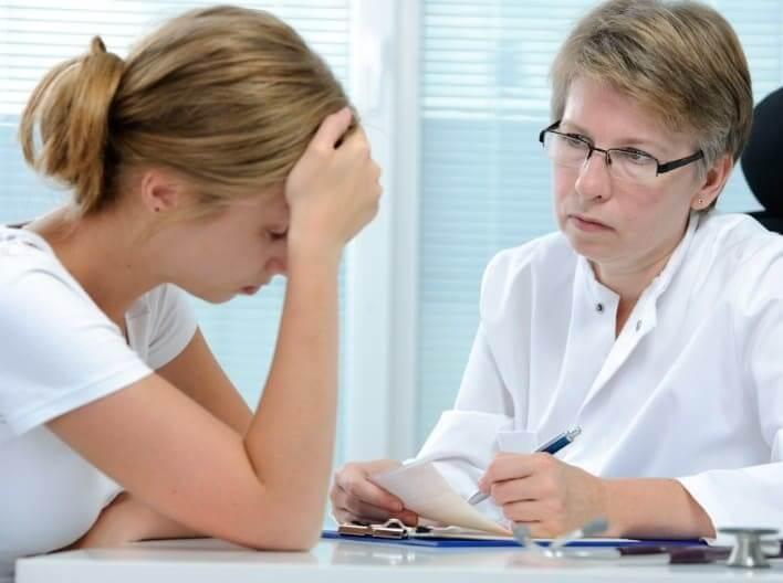 Девушка с депрессией на приеме у врача
