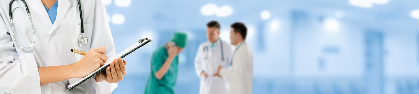 Голубой фон, фигуры врачей, руки и планшет, стетоскоп