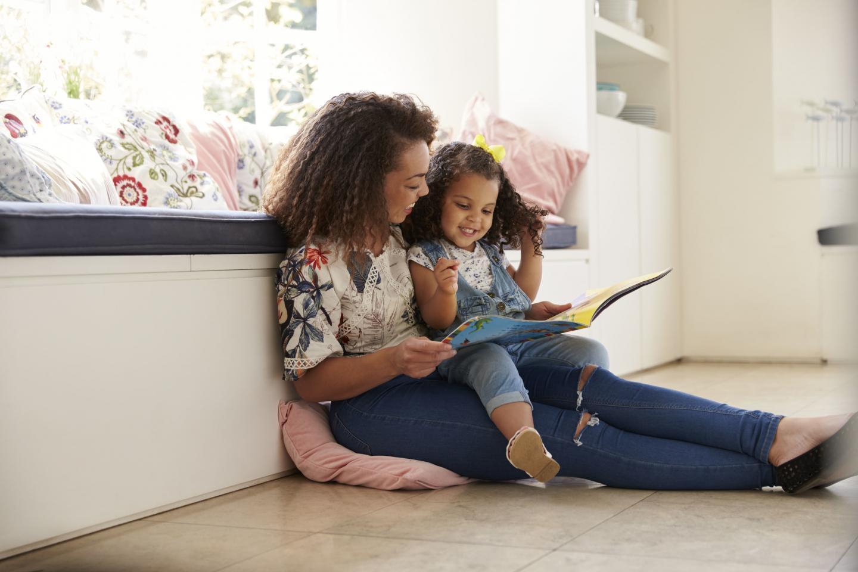 мама читает девочке книгу