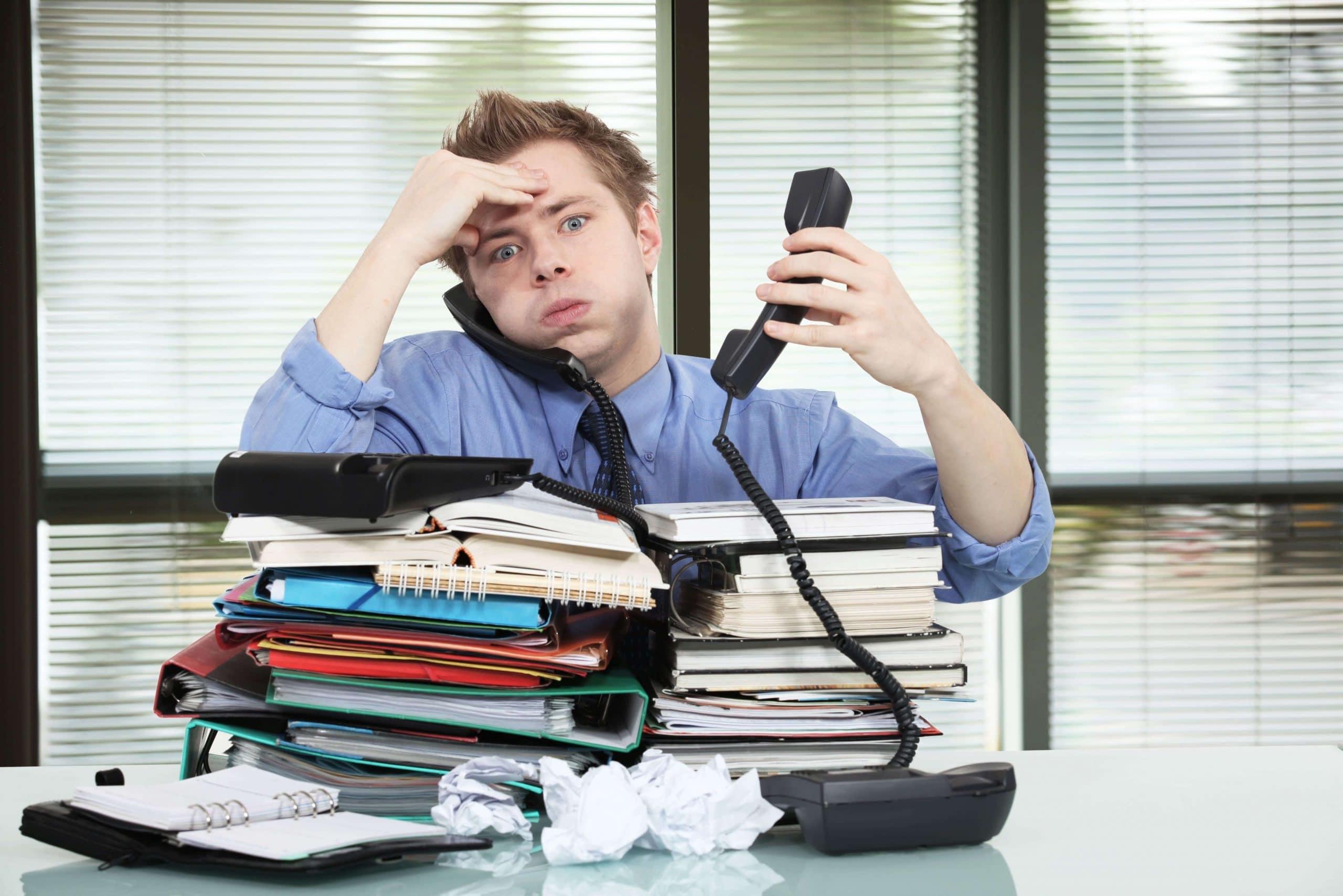 молодой мужчина с телефонной трубкой, документами