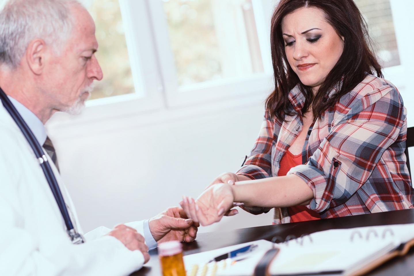 осмотр врача при карпальном синдроме