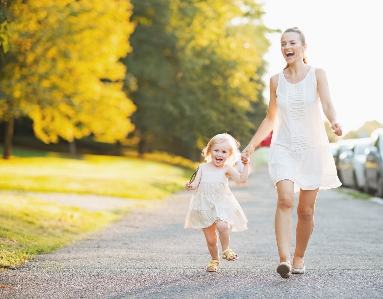 девочка на прогулке с мамой