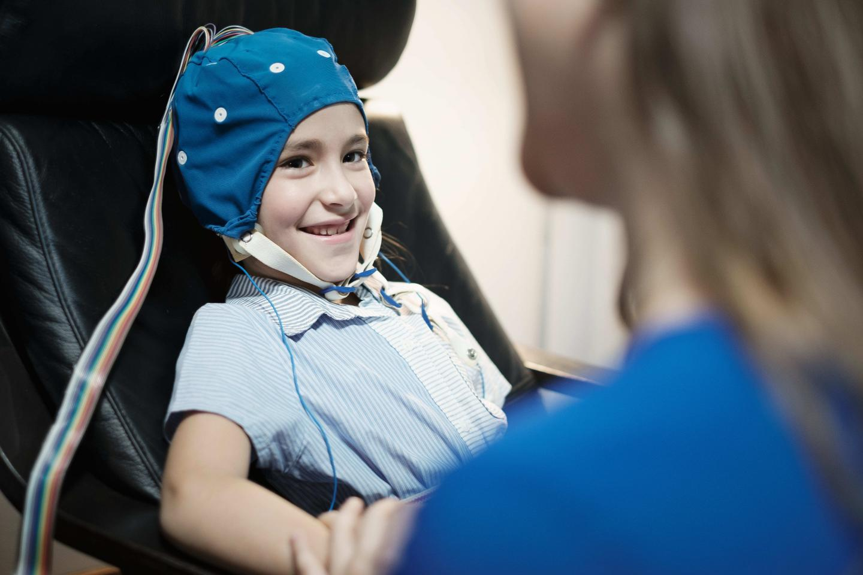 ребенок на процедуре ЭЭГ