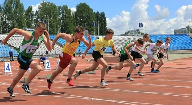 Подростки-спортсмены - забег на стадионе