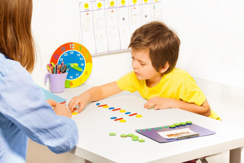 нейропсихолог занимается с ребенком