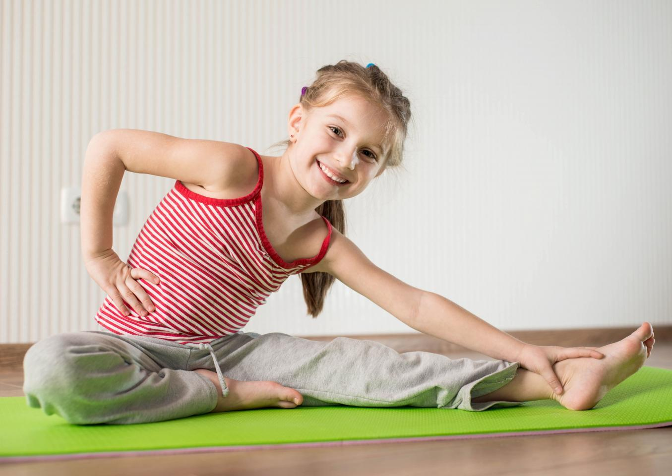 девочка выполняет упражнения