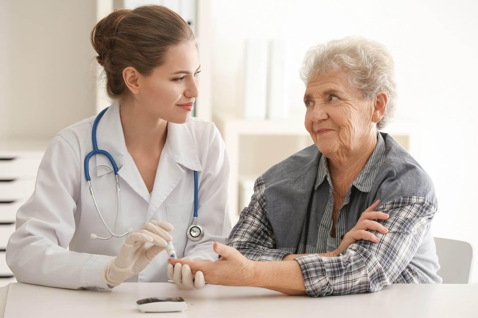 врач осматривает женщину и берет кровь