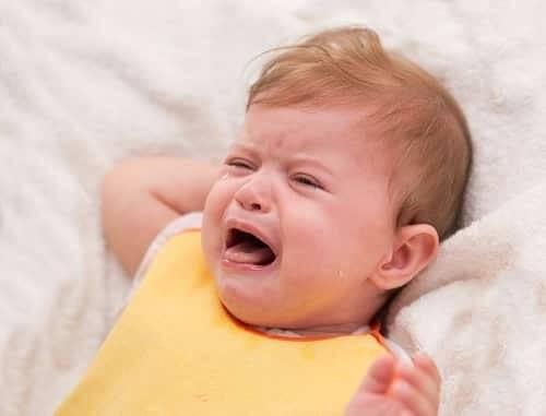 Младенец плачет и дергает ручками