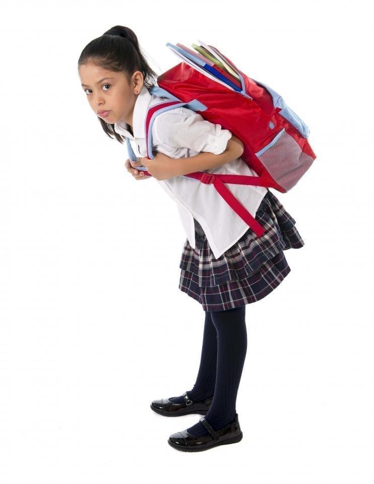 девочка несет тяжелый рюкзак