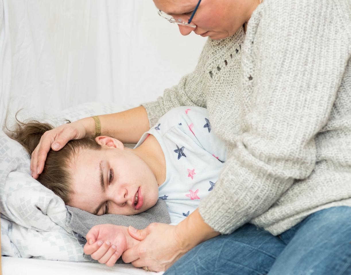 девочка после эпиприступа, лежит на боку