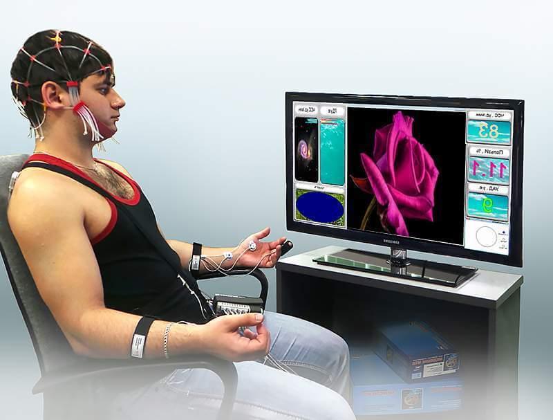 Пациент на процедуре БОС перед монитором