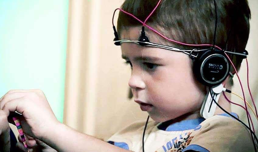 Ребенок на процедуре слуховой стимуляции
