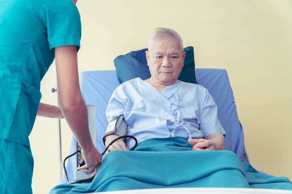 Больной Паркинсоном мужчина в постели