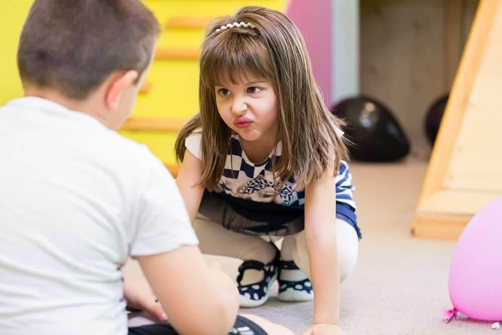 Девочка с ЗПР кривится на мальчика