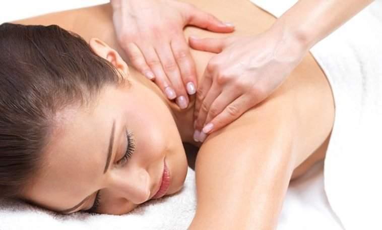 девушка на процедуре массажа