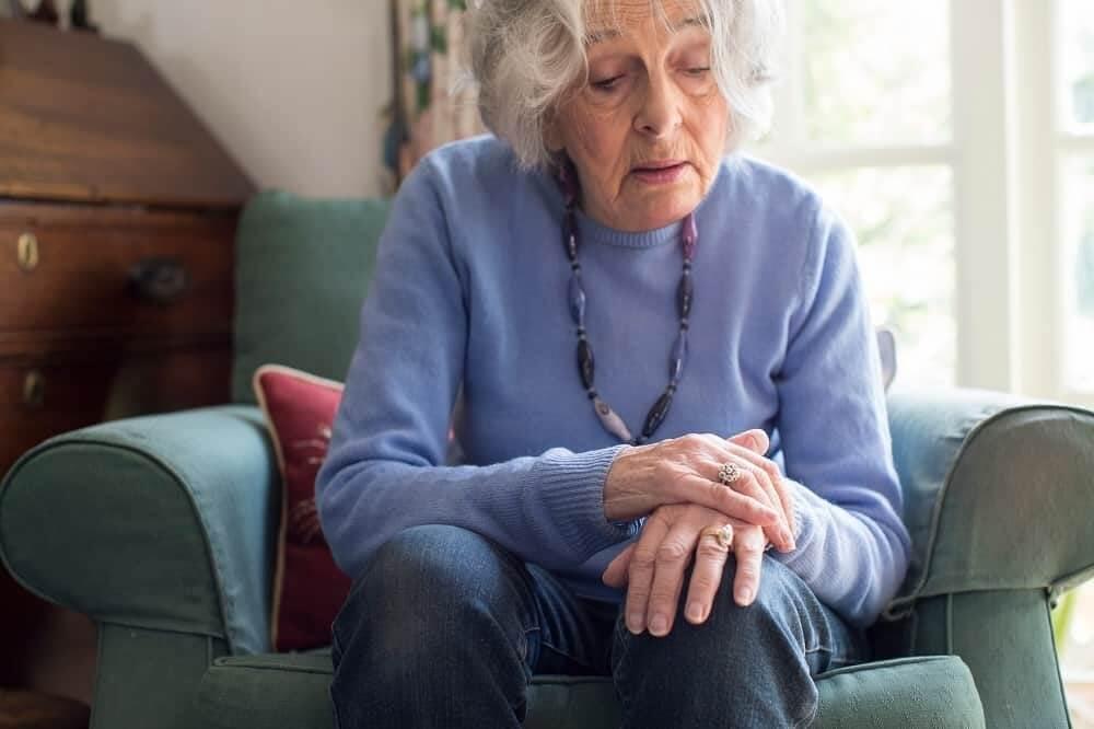 Пожилая женщина с болезнью Паркинсона