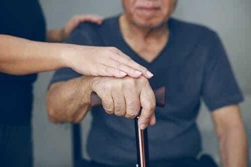 Поддержка пожилого человека родственником