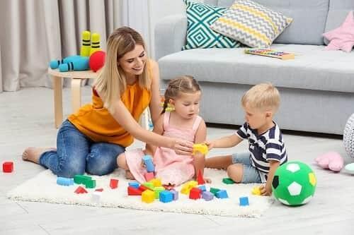 Семья играет с ребенком с ЗПР