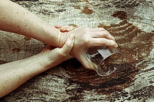 Разлитая из-за тремора рук вода