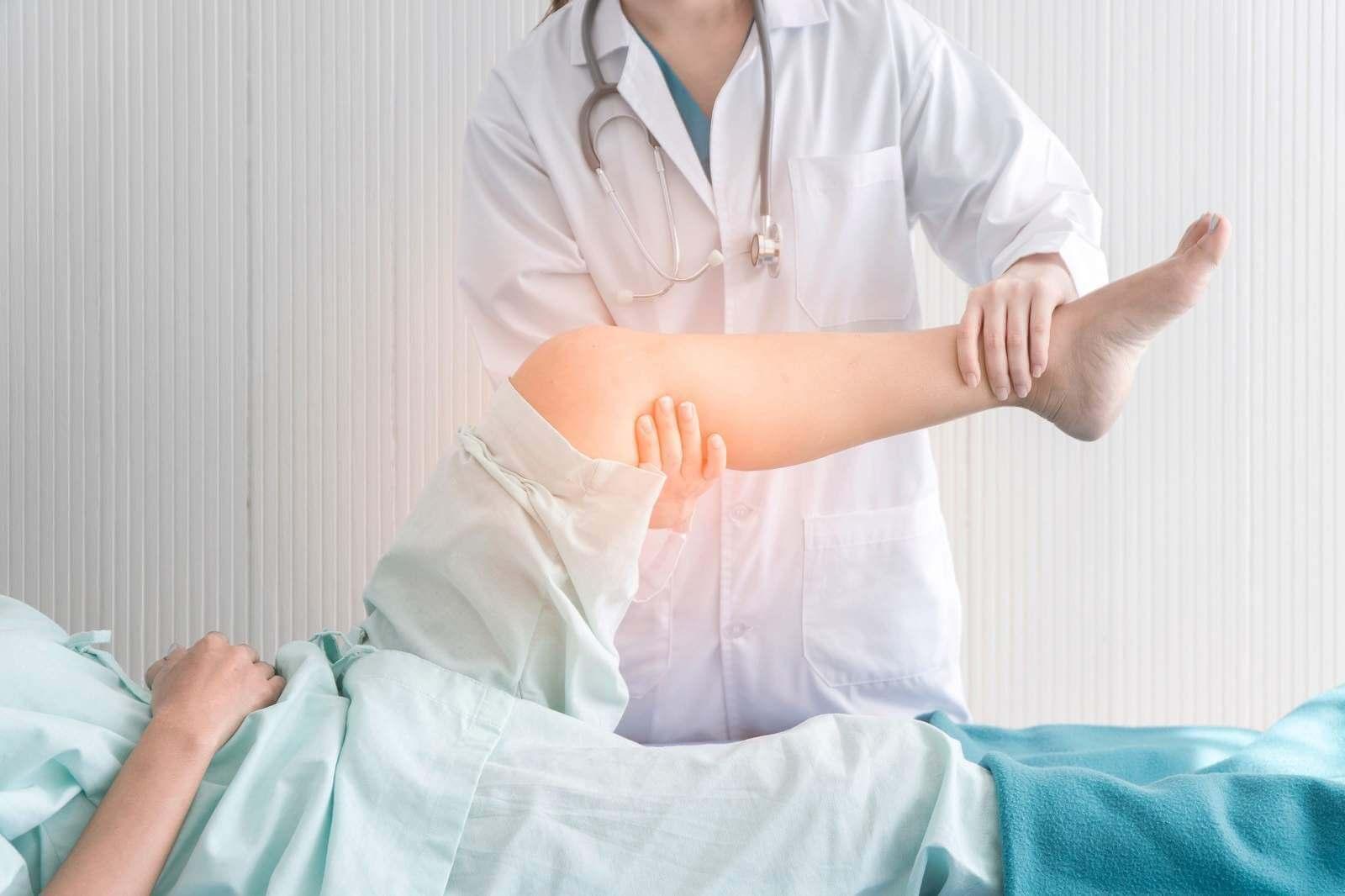 врач делает массаж и ЛФК
