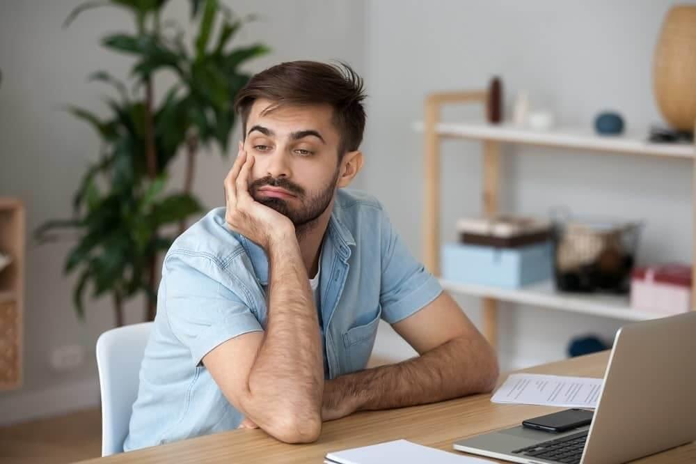 Взрослый мужчина забыл о работе