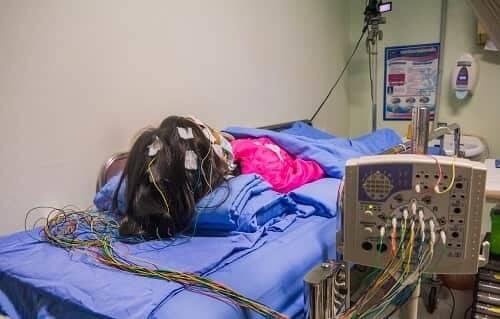 Записывать ЭЭГ можно у пациента в бессознательном состоянии