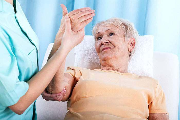 женщина на процедуре массажа и ЛФК
