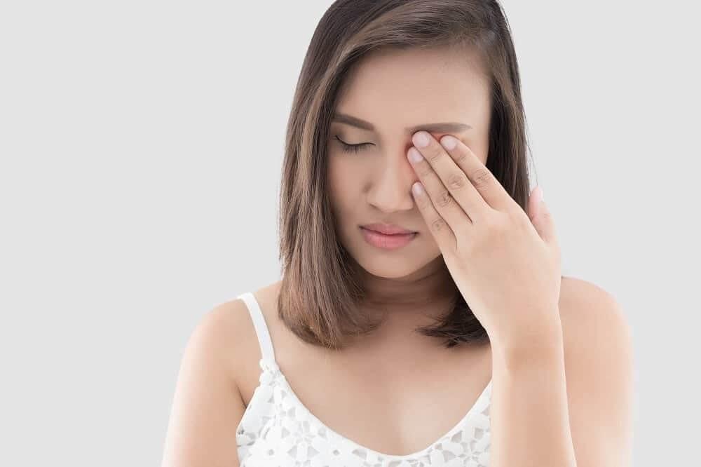 Женщина с глазной мигренью